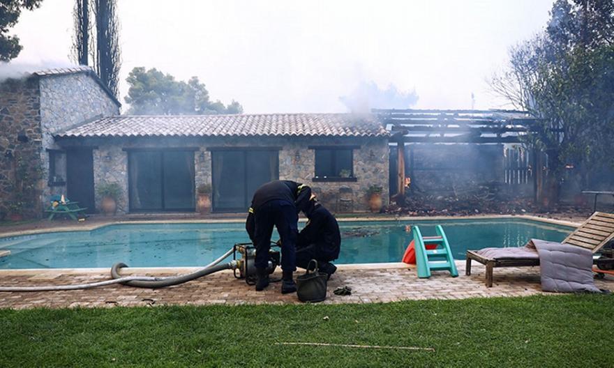 Φωτιά στη Βαρυμπόμπη: Στο νοσοκομείο έξι κάτοικοι