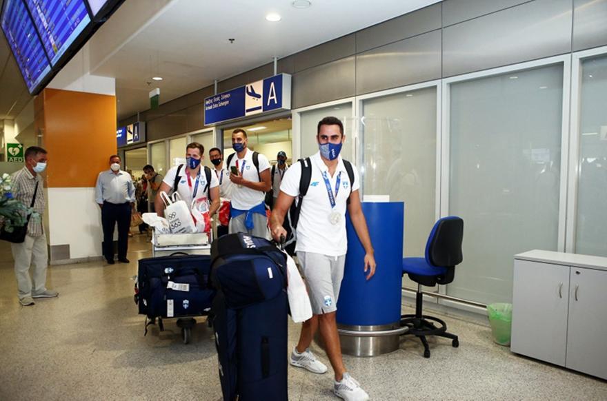 Έφτασε εν μέσω αποθέωσης στην Ελλάδα η Εθνική πόλο Ανδρών