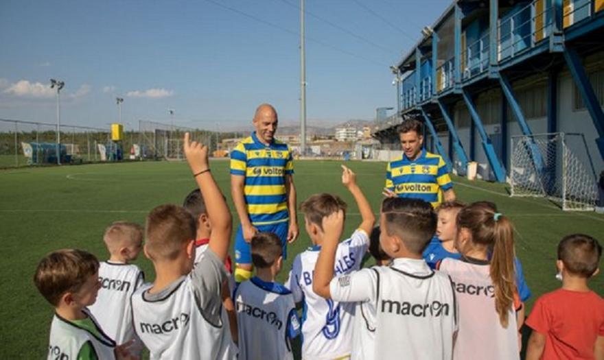 Αστέρας Τρίπολης: Οι παίκτες παίζουν μπάλα με τα παιδιά