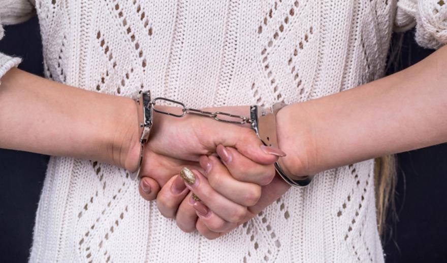 Ελεύθερη 33χρονη που κατηγορείται ότι εξέδιδε ανήλικη