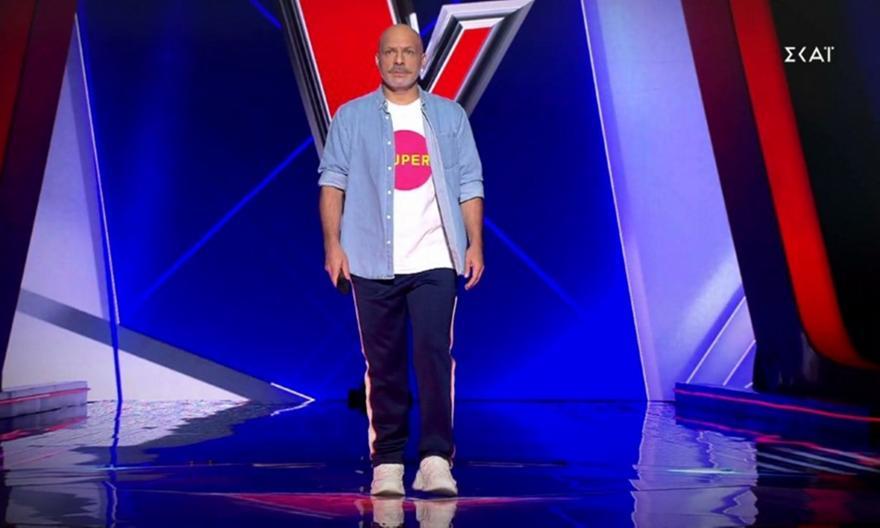 The Voice: Στη σκηνή του σόου ο Νίκος Μουτσινάς