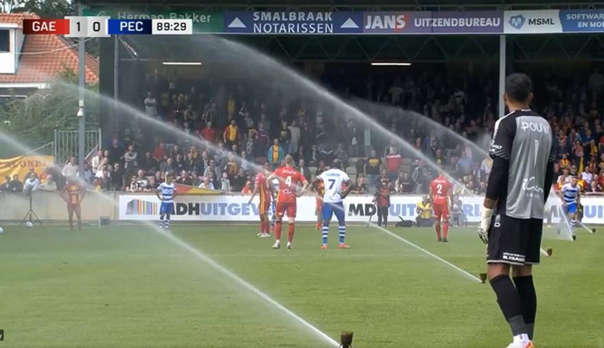 Άνοιξαν τα ποτιστικά στο 90ο λεπτό αγώνα στην Ολλανδία