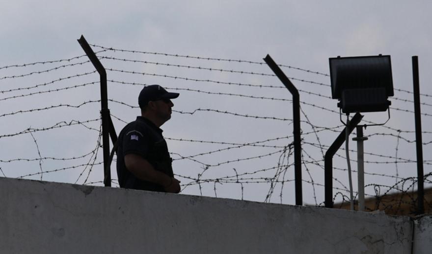 Κορυδαλλός: Πέταξε πακέτο με ναρκωτικά στις φυλακές