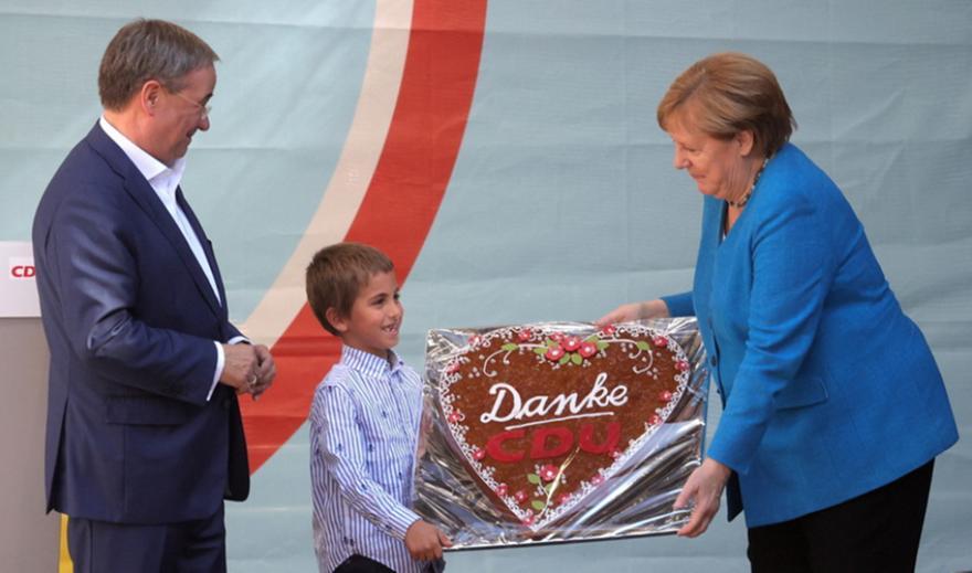 «Αντίο μανούλα»: Η Γερμανία αποχαιρετά την Μέρκελ