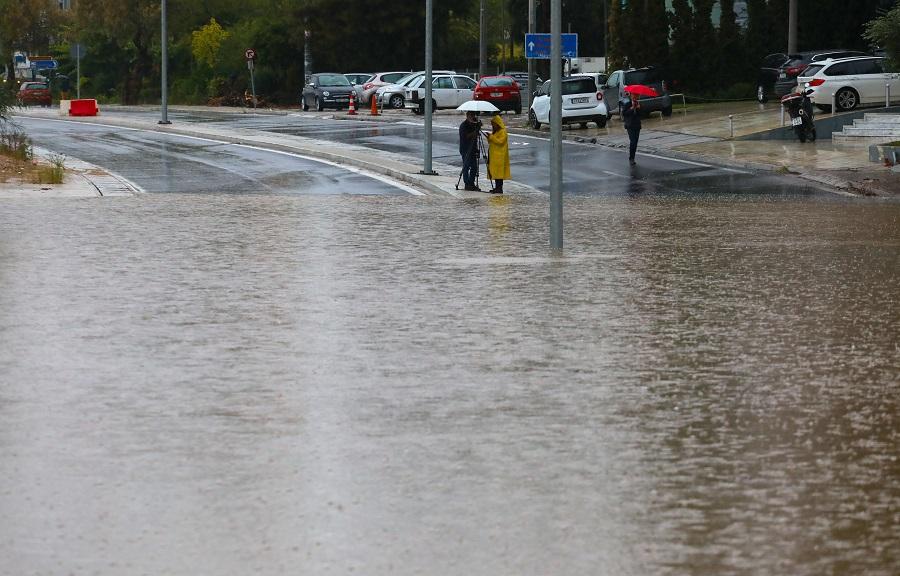 Κακοκαιρία: Νερό καλύπτει ολόκληρο ένα λεωφορείο!