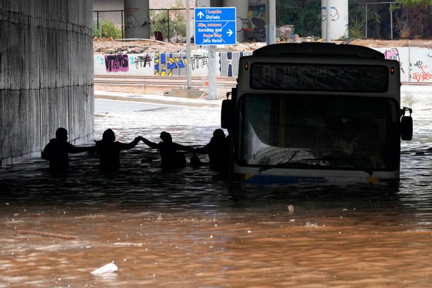 Κακοκαιρία: Πρωτοφανείς σκηνές χάους στην Αττική